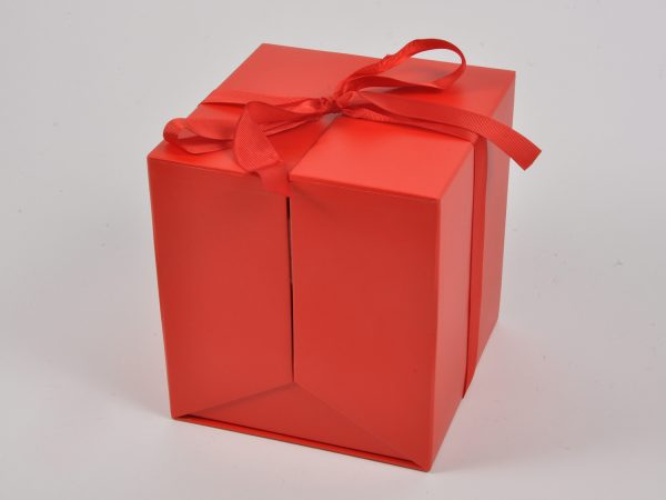 Scatola da regalo rossa con nastro