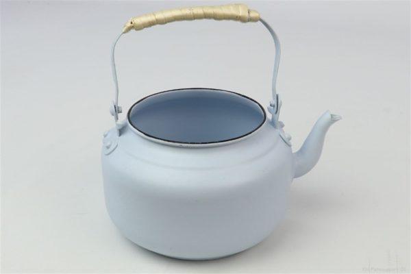 Portavaso celeste a forma di bollitore in latta con manico d. 19 h. 17 cm
