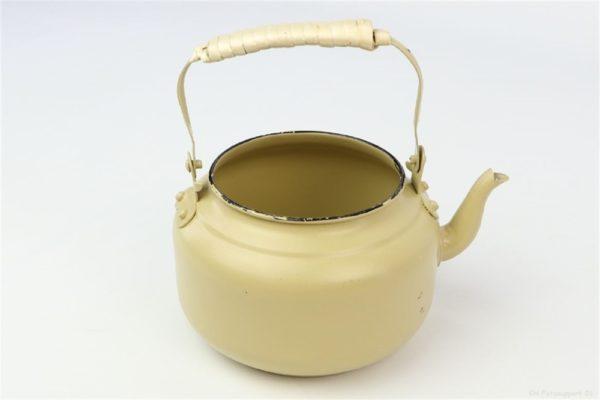 Portavaso giallo senape a forma di bollitore in latta con manico d. 19 h. 17 cm