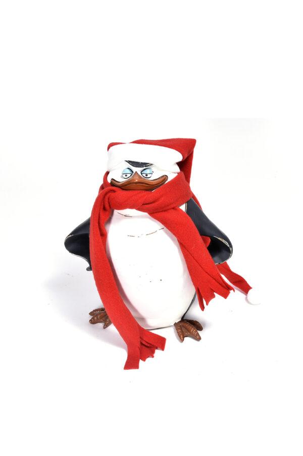 """Pupazzo in legno pinguino decorativo del cartone """"Madagascar"""" con sciarpa e cappello h. 23,5 cm"""