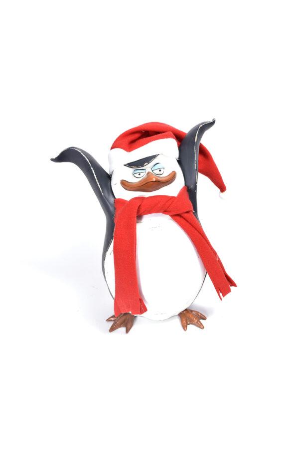 """Pupazzo in legno pinguino decorativo del cartone """"Madagascar"""" con sciarpa e cappello h. 34 cm"""