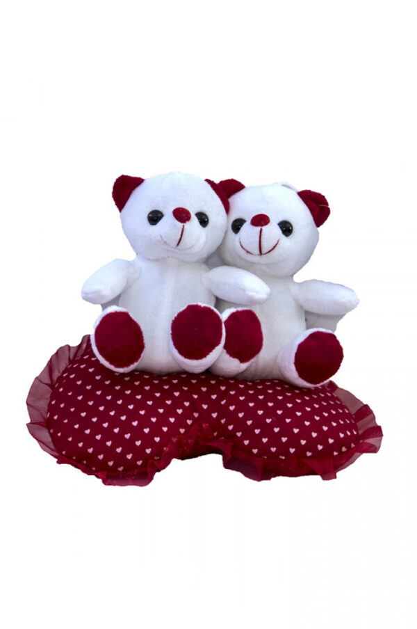 Peluche di San Valentino coppia di orsetti seduti su cuscino a forma di cuore rosso a pois bianchi