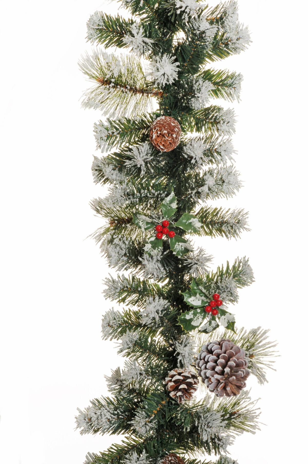 Ghirlanda natalizia di Pino artificiale con neve, bacche rosse e pigne. 220 punte d. 28 cm. L. 270 cm.